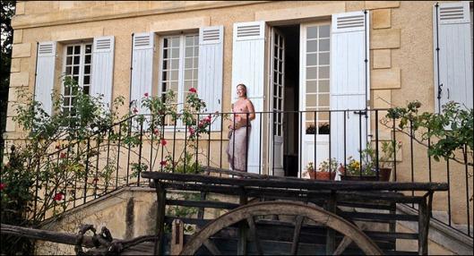 Jennie framför ingången till Chateau Garreau.